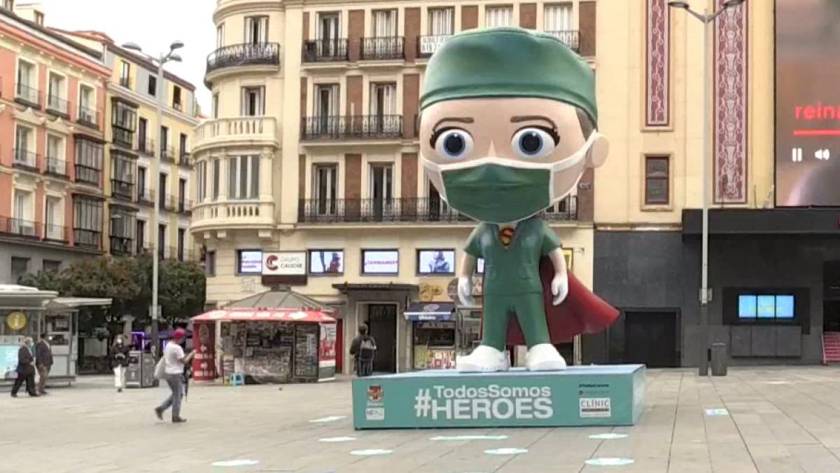 Una 'supersanitaria' de 6 metros de alto homenajea a los profesionales que luchan contra la Covid en Madrid