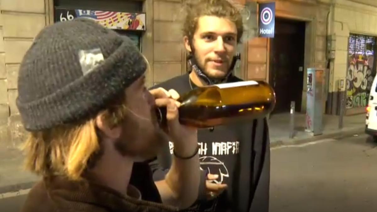 Turistas intentan evitar que les graben bebiendo en la calle sin mascarilla ni distancia de seguridad en Barcelona