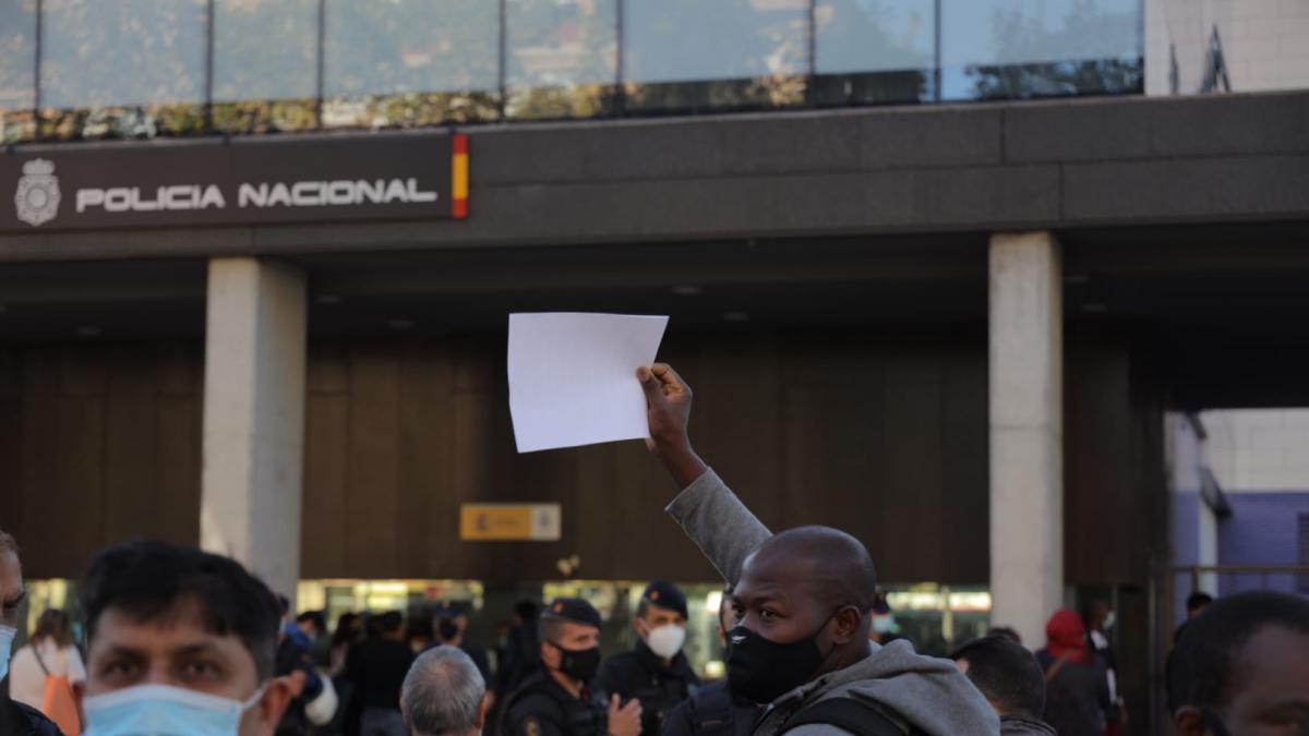 Más de 300 euros por una cita en Extranjería en Barcelona
