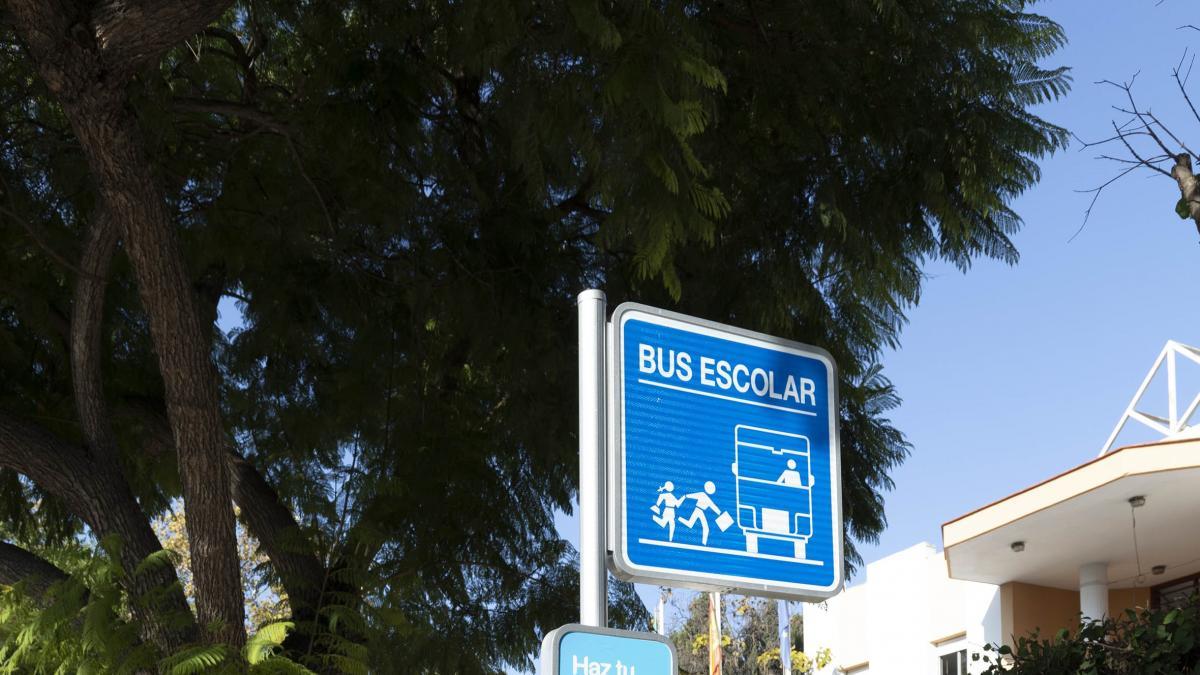 Marbella sustituye 75 señales de transporte escolar y añade soporte para campañas de prevención a jóvenes 1