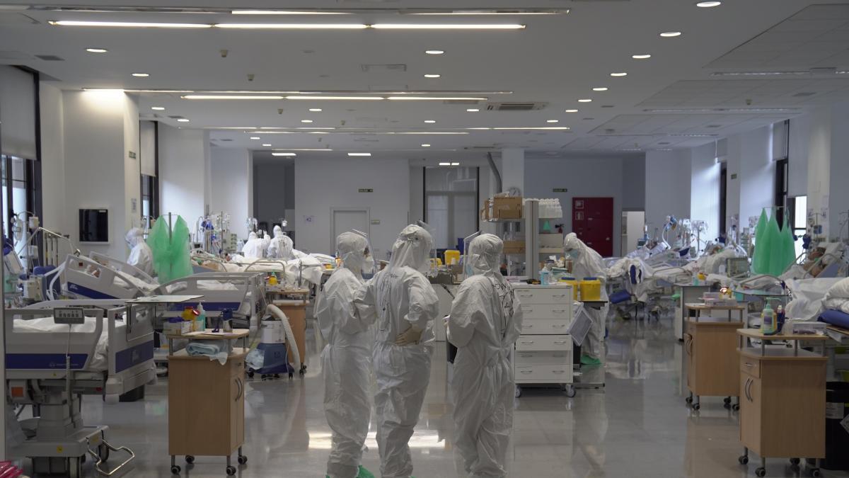 Casi un tercio de las camas en UCI están ocupadas por pacientes con COVID-19