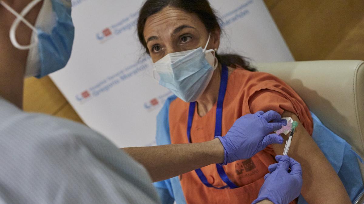 Sanidad priorizará a las comunidades que más vacunan después de que Pfizer haya anunciado una reducción de dosis