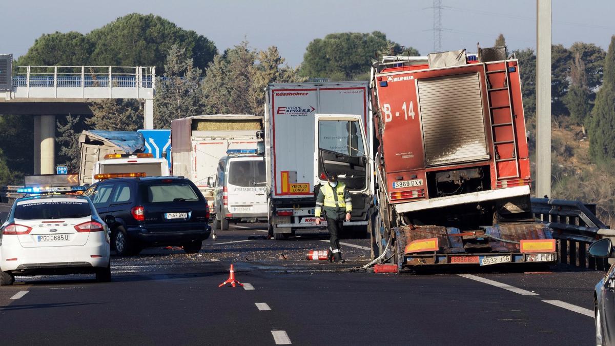 Tres muertos arrollados por un camión en la A-6 cuando auxiliaban a otro conductor con su vehículo incendiado