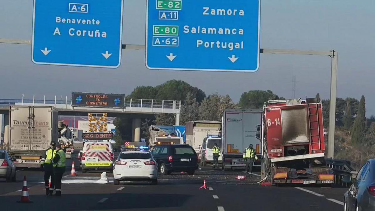 Mueren tres camioneros atropellados cuando auxiliaban un accidente en la A-6