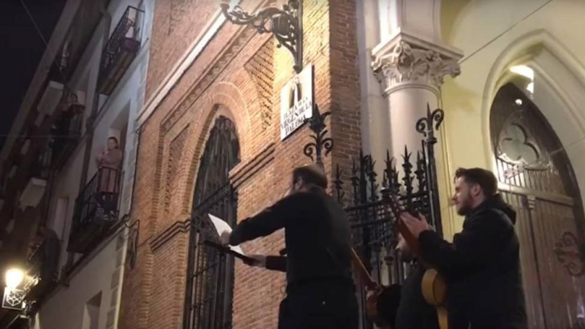 Los sacerdotes de la Paloma, la parroquia afectada por la explosión en Madrid, animaban con música a los vecinos durante el confinamiento