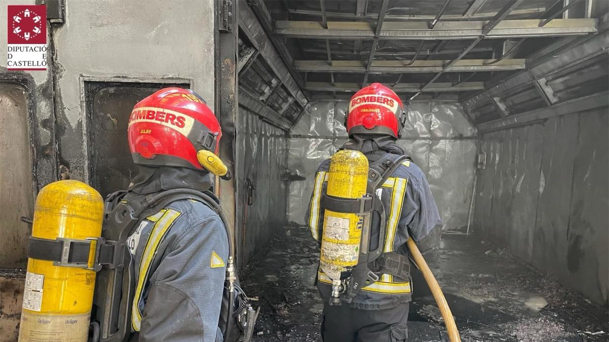Sucesos.- Tres trabajadores resultan heridos en un incendio en un taller de coches en Vila-real