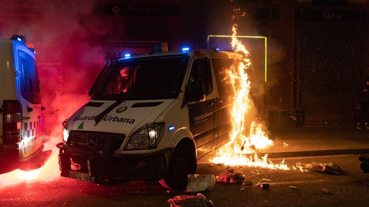 Repulsa e indignación policial por la quema del furgón de la Guardia Urbana