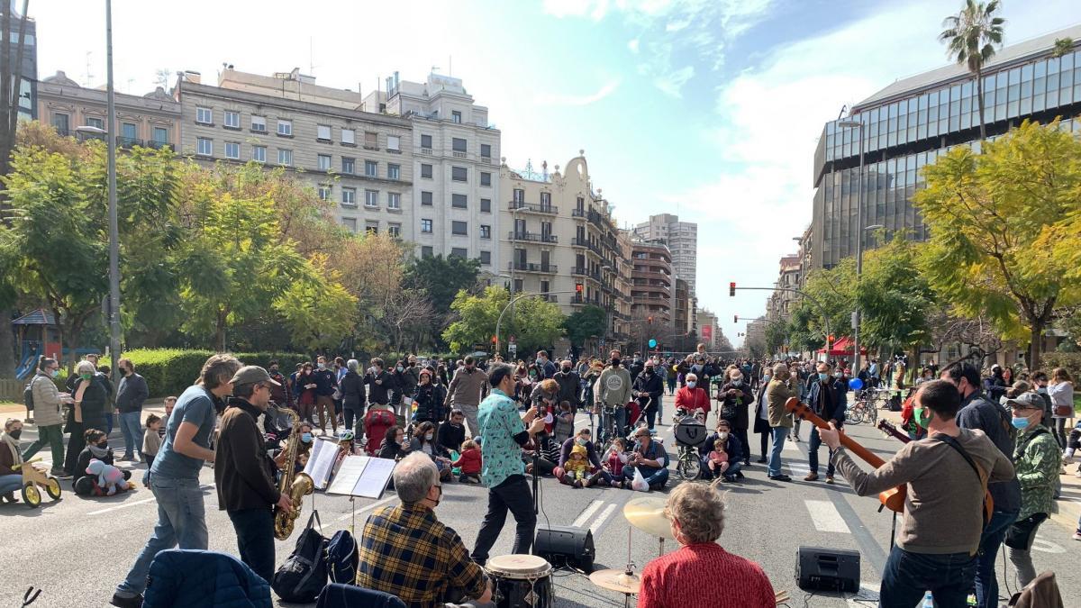 """Entidades cortan calles en varios puntos de Cataluña contra las """"autopistas urbanas"""""""