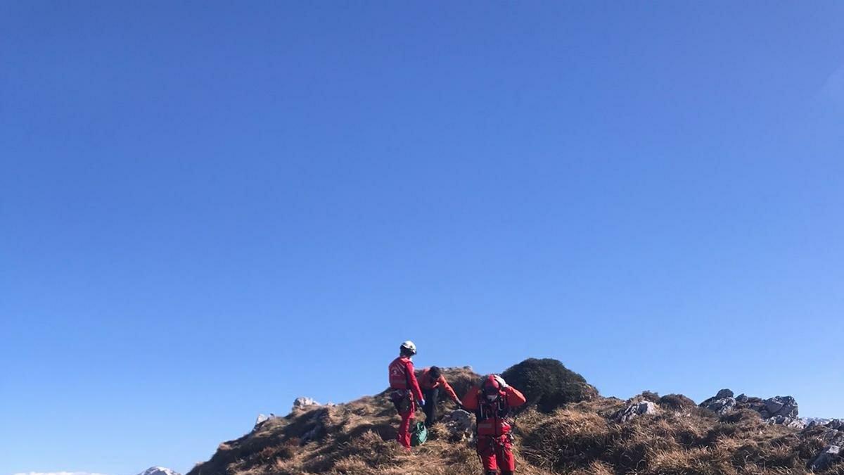 Rescatados dos senderistas que quedaron enriscados en Caso