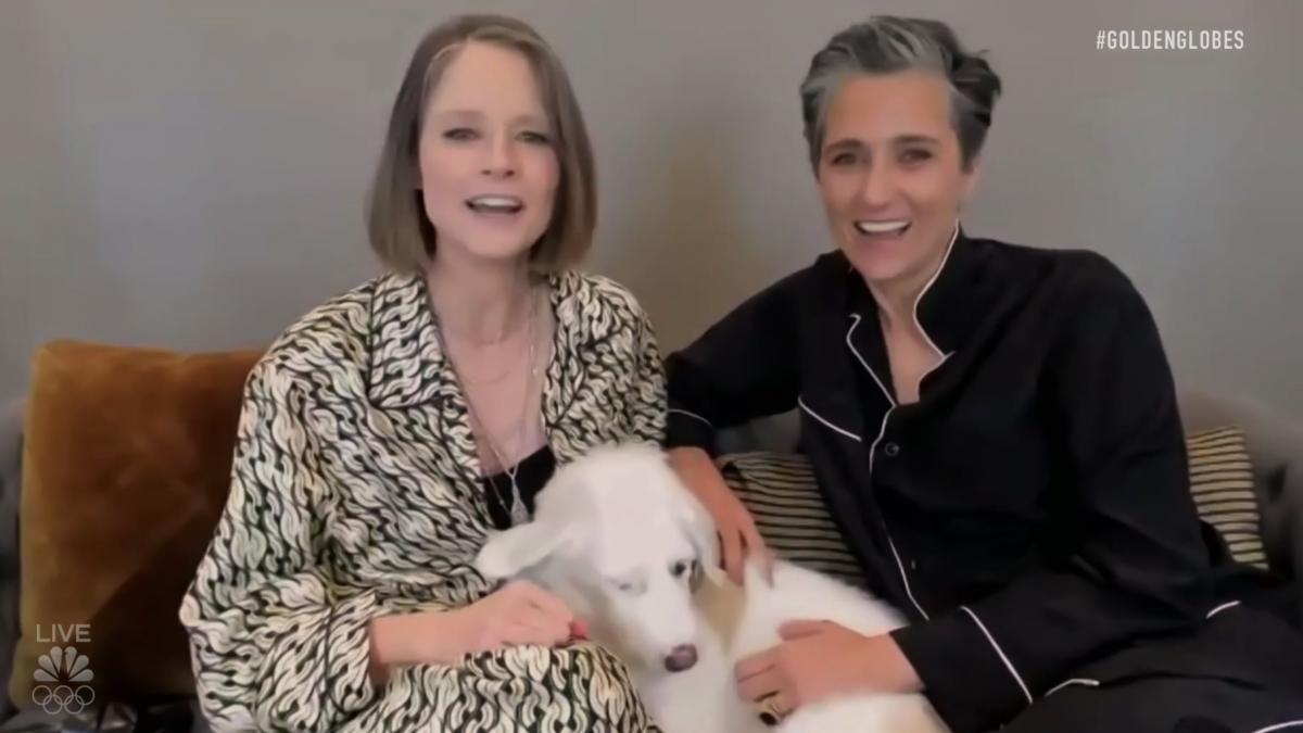 Jodie Foster, su mujer y su perro, lo más tierno de los Globos de Oro