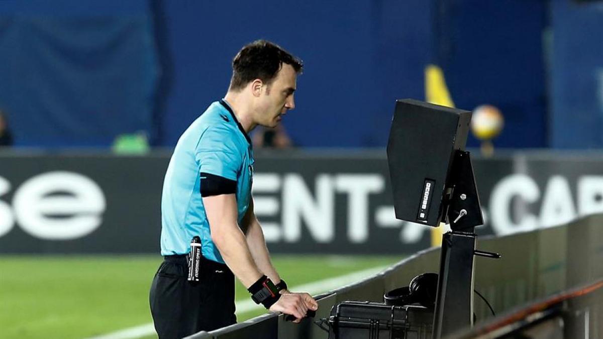 Así se pitarán las nuevas manos en el fútbol: cambios en el criterio arbitral