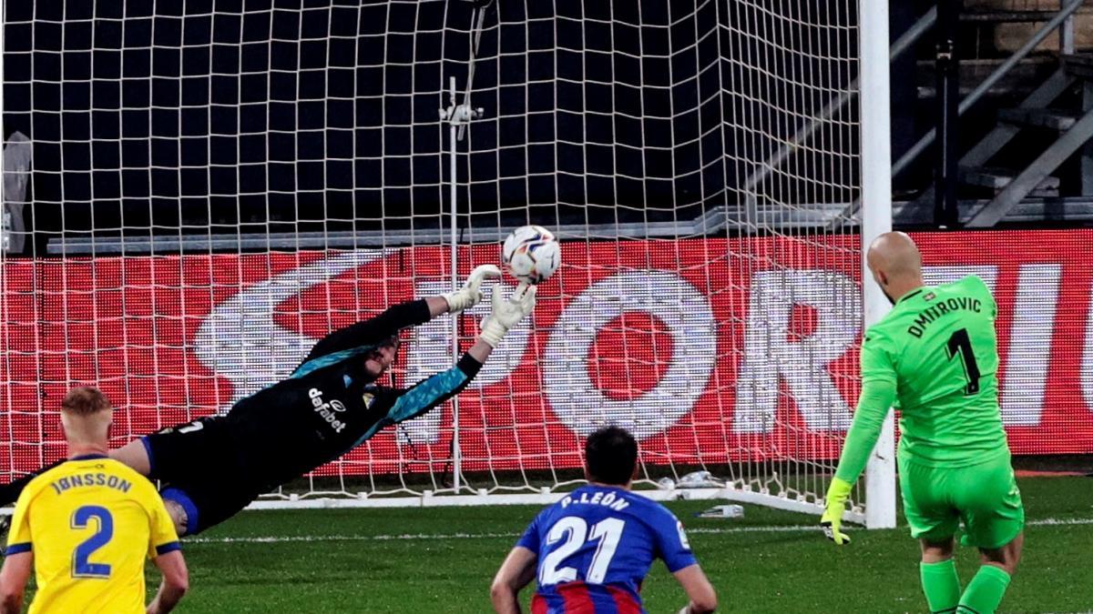 Dmitrovic, el portero del Eibar, vuelve a tirar un penalti tras su último gol... pero esta vez no le acompañó la fortuna