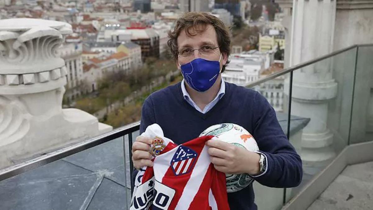 Atlético vs Real Madrid: Almeida hace historia como el primer alcalde que hace un saque de honor en un derbi