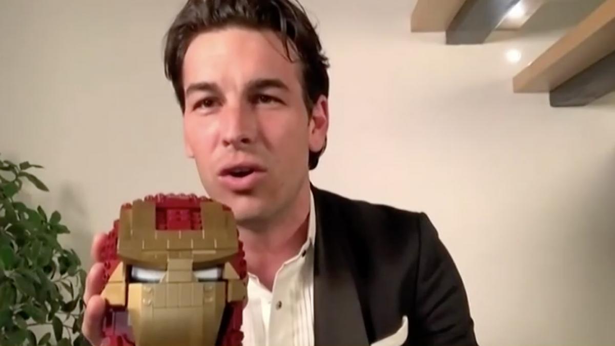 Un aullido y un Iron Man de Lego: así ha celebrado Mario Casas su primer Goya