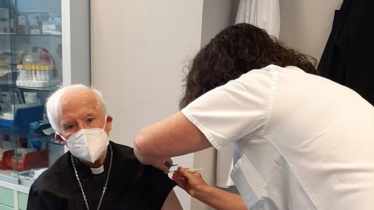 """El cardenal Cañizares recibe la vacuna y critica """"la marginación"""" de los países más desfavorecidos"""