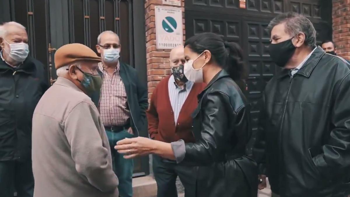 """Monasterio visita un 'narcopiso' de Madrid para prometer que acabará con ellos y """"con los okupas"""" si gana el 4-M"""