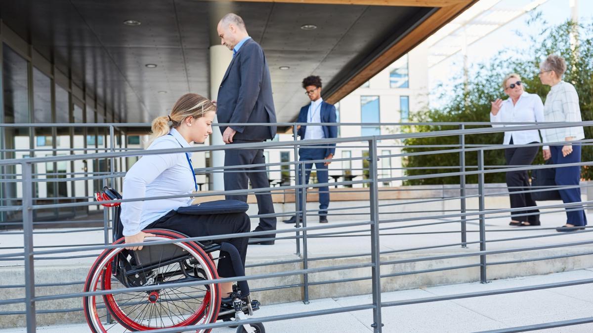 ¿Qué competencias pueden desarrollar las personas con discapacidad para ser más independientes?