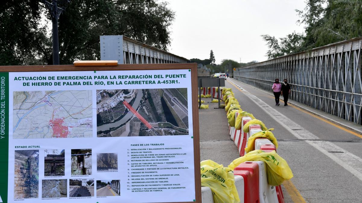 La reparación que ejecuta la Junta en el Puente de Hierro de Palma del Río obliga a su cierre total este martes