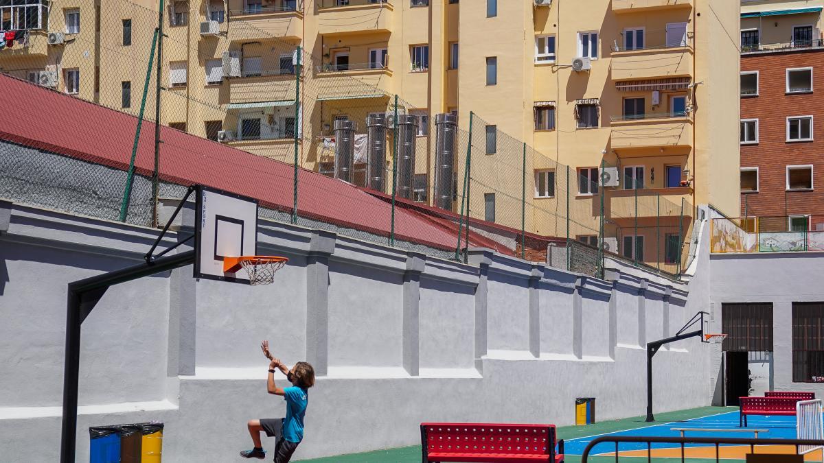 """Las mascarillas siguen presentes en los patios de los colegios de Madrid: """"Es muy complicado mantener la distancia"""""""