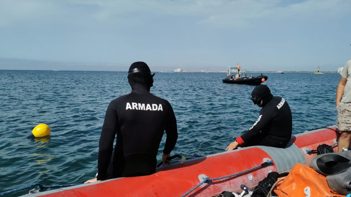 Buceadores de la Armada neutralizan una mina de orinque en la playa de Roses (Girona)