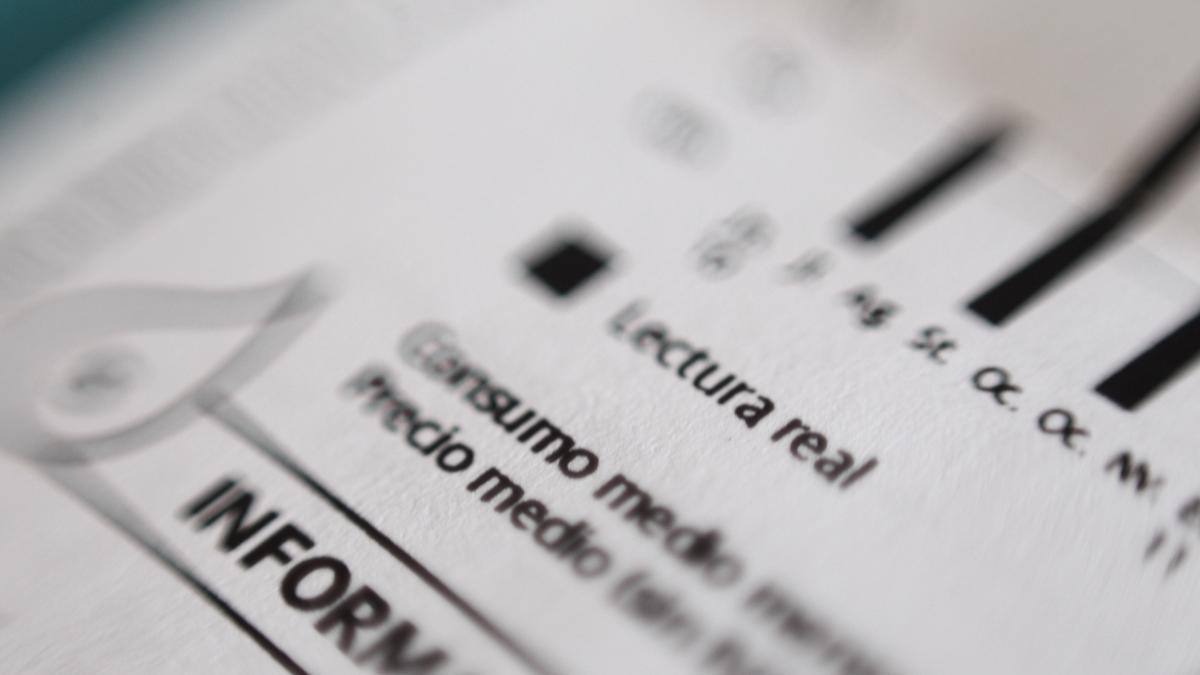 Esta es la 'letra pequeña' en la bajada del IVA de la luz: duración temporal, potencia máxima, consumidores vulnerables...