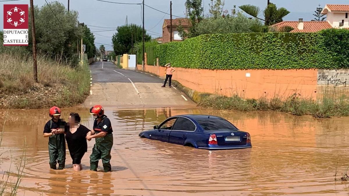 Bomberos rescatan a varias personas en una vivienda y en vehículos y achican agua debido a las tormentas