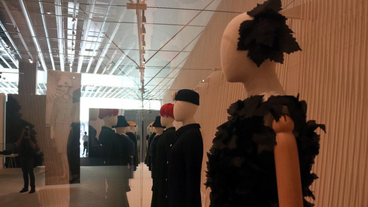 """El Museu del Disseny reivindica la """"elegancia"""" de los sombreros de Balenciaga en una exposición"""