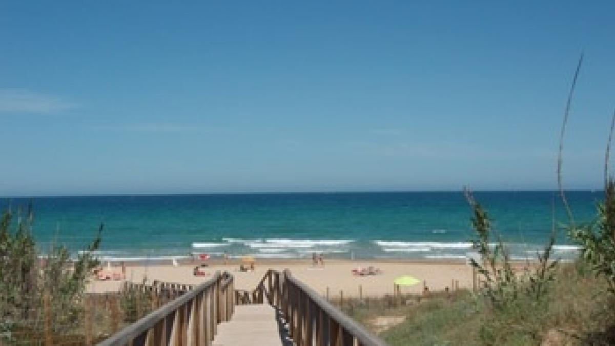Turisme publica una nueva guía con recomendaciones para disfrutar de unas 'playas seguras' en la Comunitat