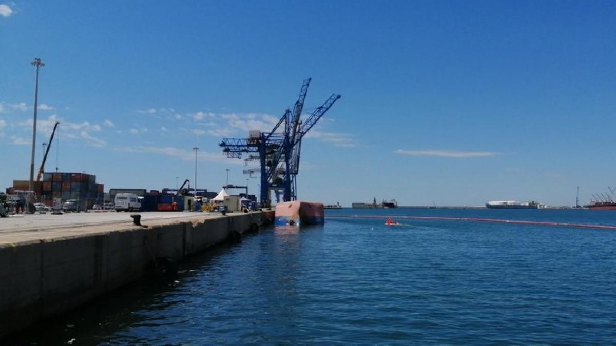 Las empresas encargadas de la remoción del buque volcado en PortCastelló desplazan lateralmente el barco