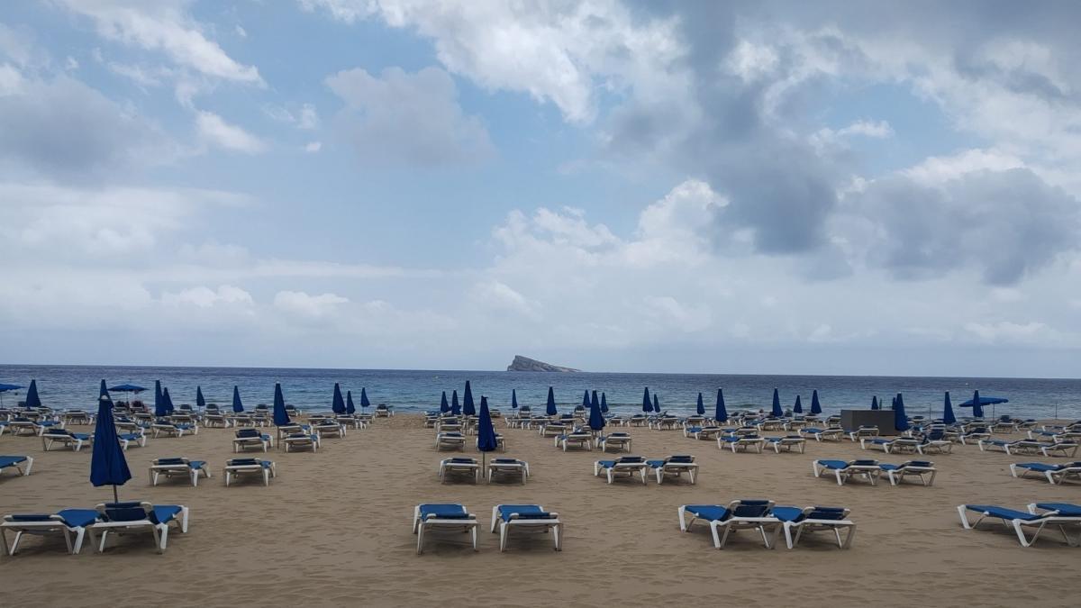 Las playas de Benidorm reducen las hamacas a un máximo de 3.500 al día