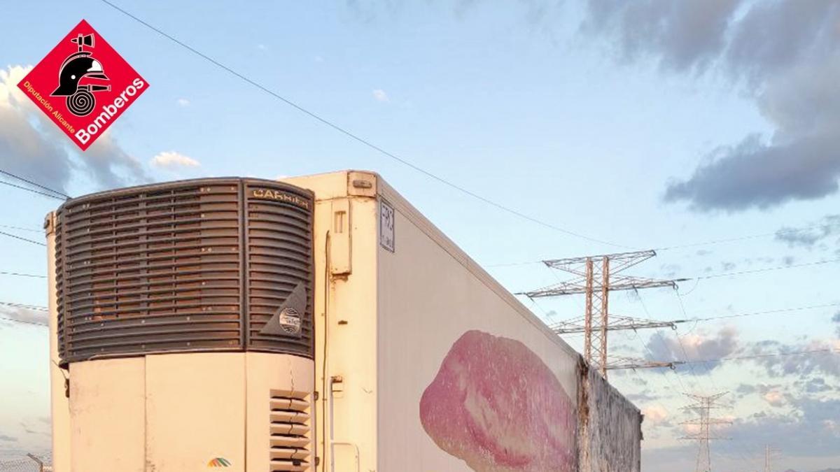 Sucesos.- Arde un trailer que transportaba patatas en la N-340, en Elx