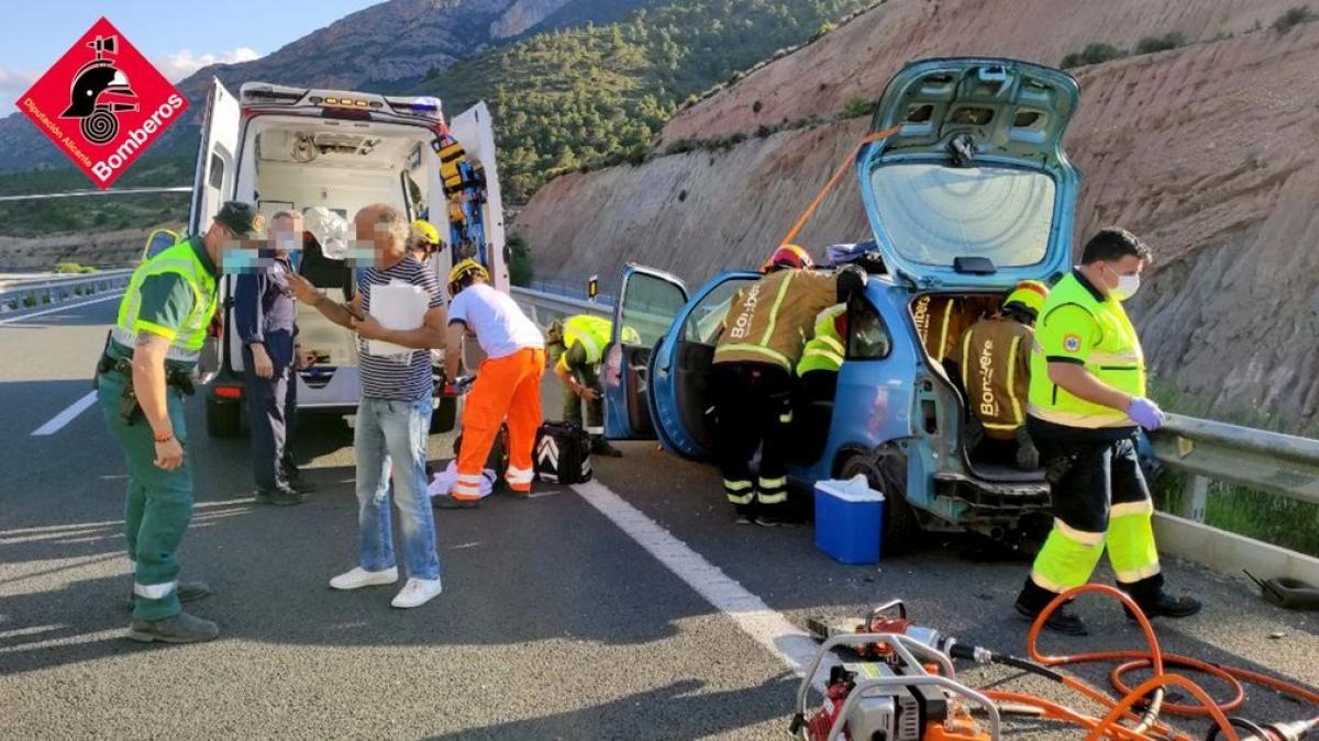 Sucesos.- Heridas tres personas en un accidente entre dos coches en Castalla