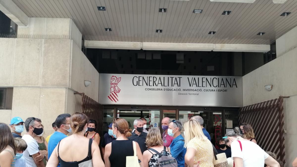 Familias del CEIP Voramar piden con una cacerolada la suspensión del regreso a la jornada partida