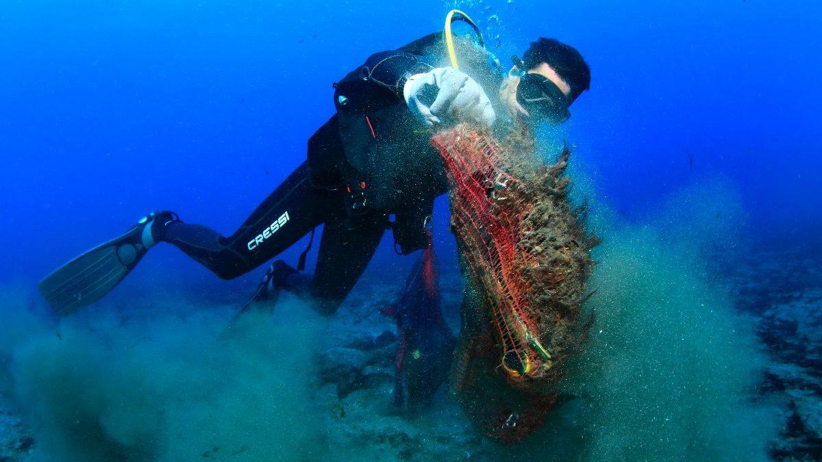 Buceadores retiran más de 100 kilos de basura marina de los Baños de la Reina y la cala de la Almadraba