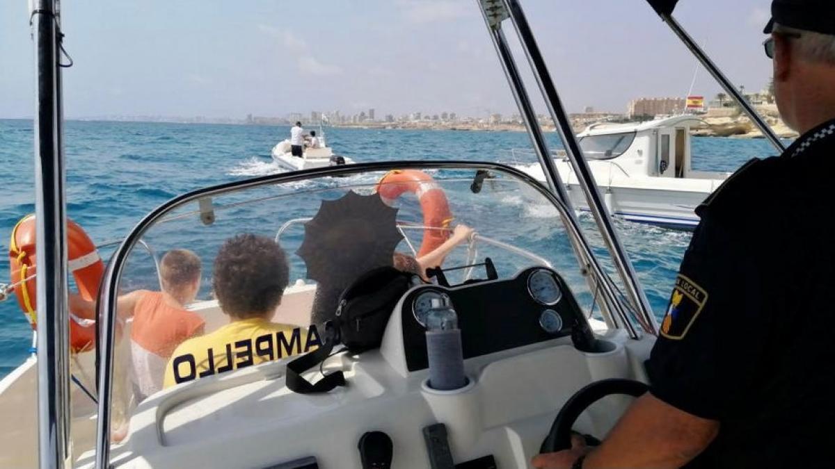 Sucesos.- Rescatada una niña de 11 años herida en el mar a bordo de un barco en El Campello