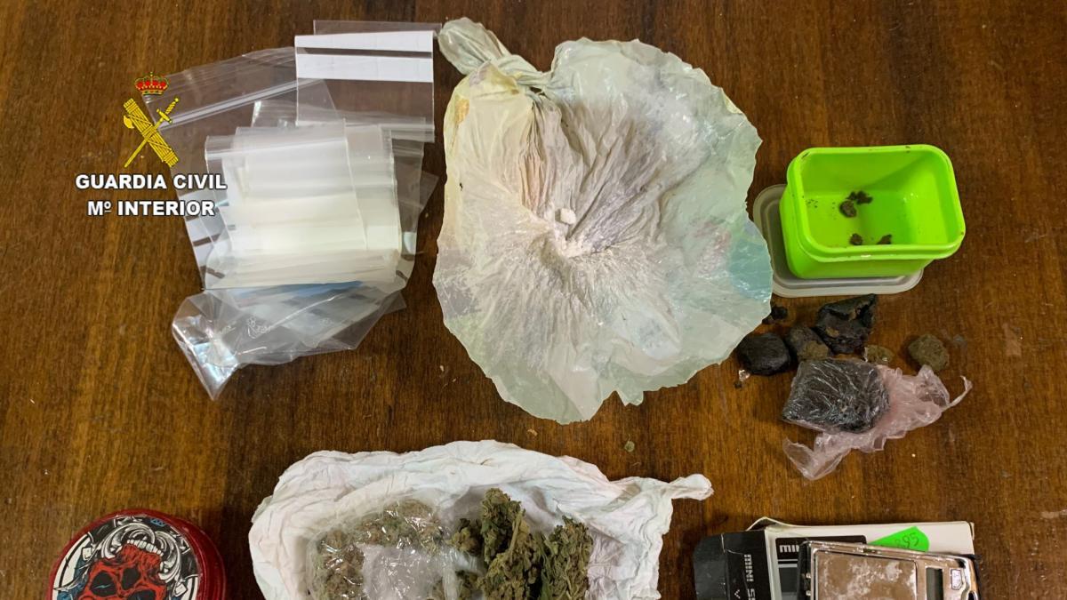 Sucesos.- Desmantelan un punto de venta de droga escondida en el falso techo del baño de un bar