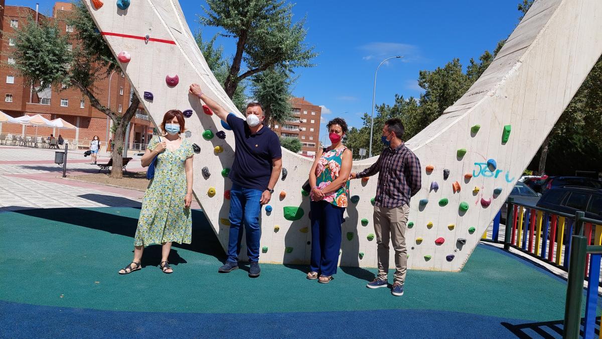 La plaza de Villa Luz de Cuenca estrena rocódromo urbano tras 6.000 euros invertidos de los presupuestos participativos
