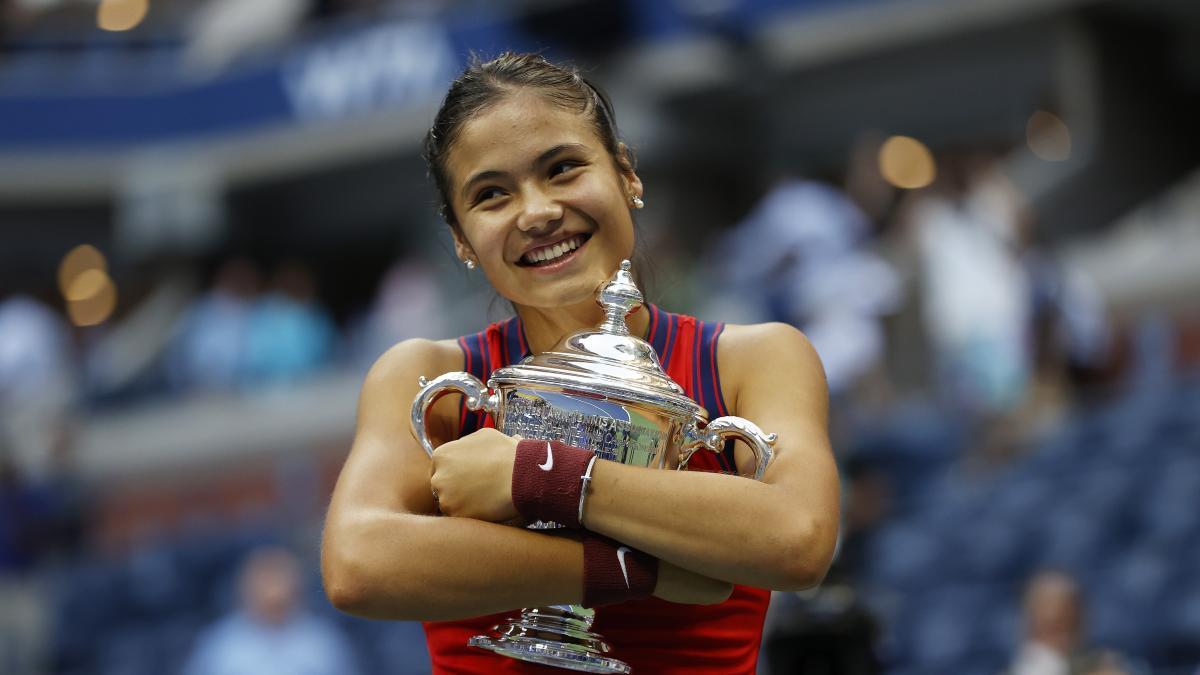 Sorpresón, la británica Emma Raducanu de 18 años, nº 150 del mundo, logra el título sin ceder un set y accediendo desde la previa.