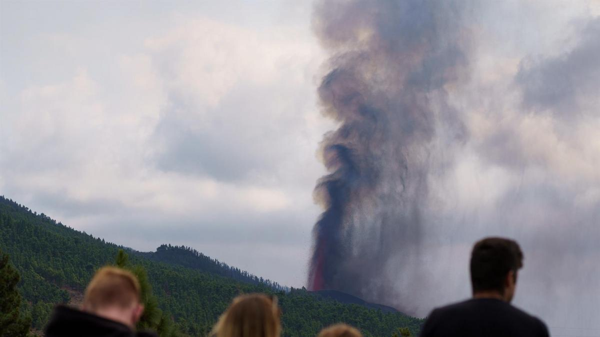 """La vida en La Palma tras la erupción del volcán: """"Será muy difícil construir y casi imposible c ..."""