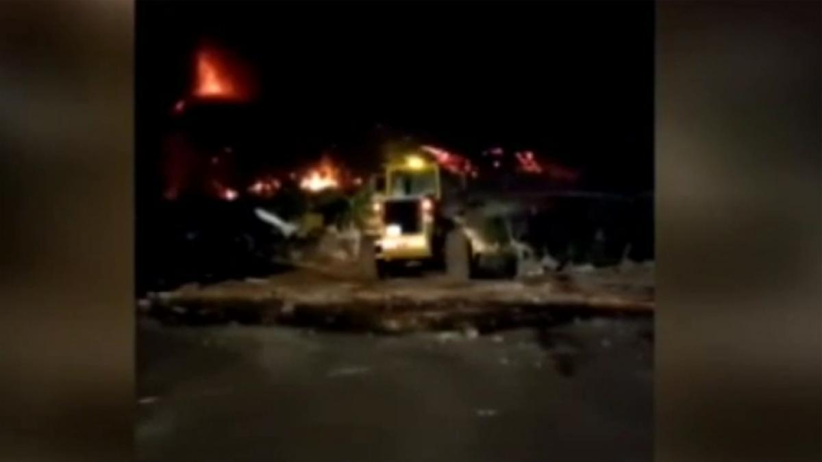 """La desesperada maniobra de los bomberos con una excavadora para guiar la lava da """"resultados po ..."""