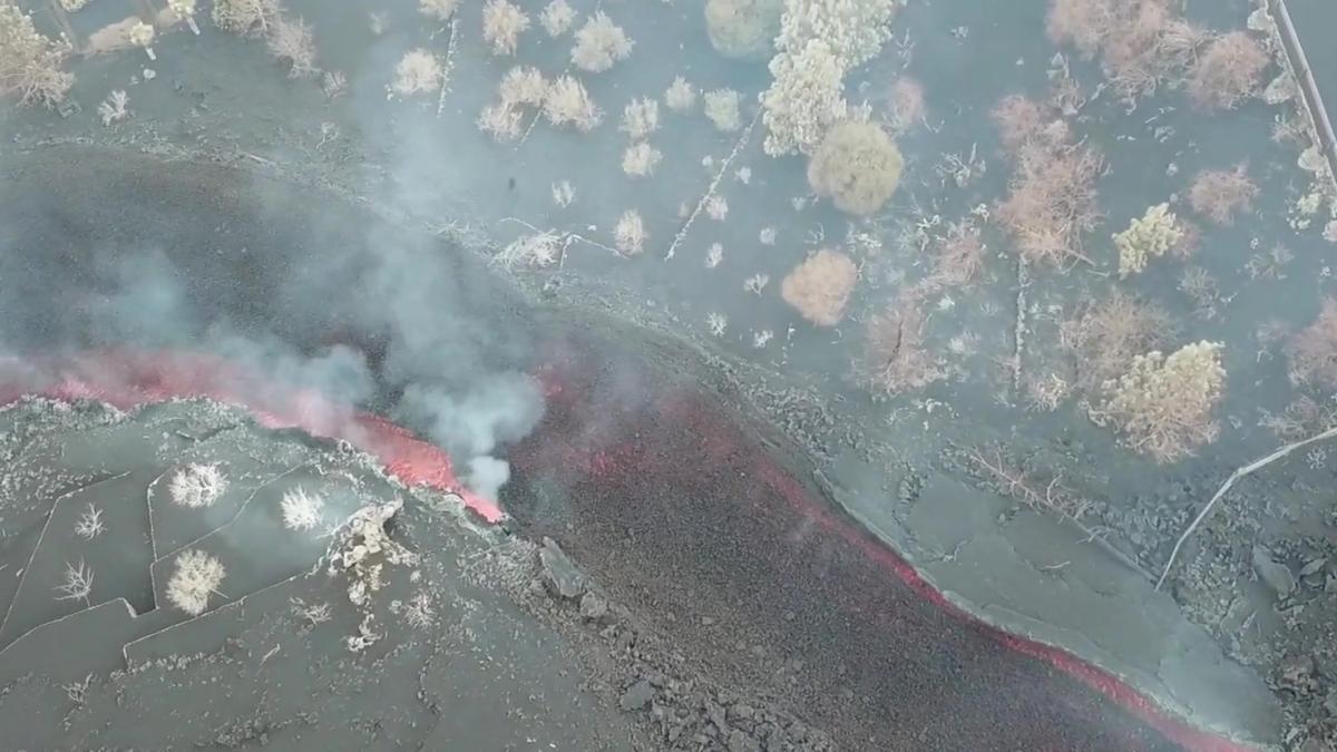 VÍDEO   El volcán, a vista de pájaro: un dron capta los impresionantes ríos de lava y fuego desde el ...