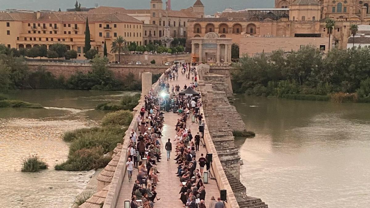 Silbon, a beneficio de Cáritas, viste de solidaridad el Puente Romano de Córdoba