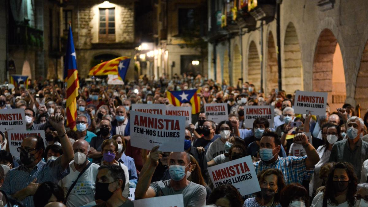Un millar de personas llenan la plaza del Vi de Girona en apoyo a Puigdemont