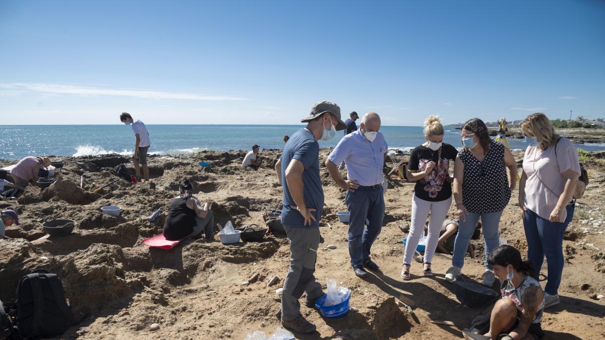 Una segunda campaña de excavaciones en el Prat protege al yacimiento prehistórico de la erosión del mar
