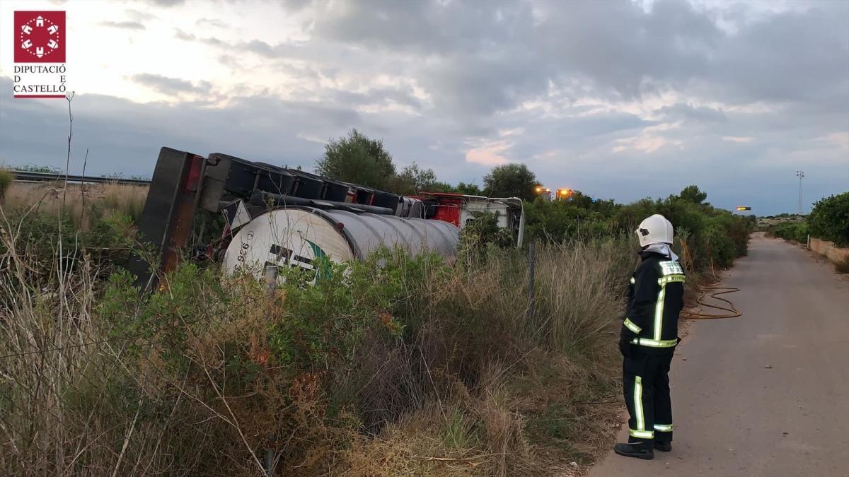 Sucesos.- Vuelca un camión cisterna con 25.000 litros de sosa cáustica en la AP-7