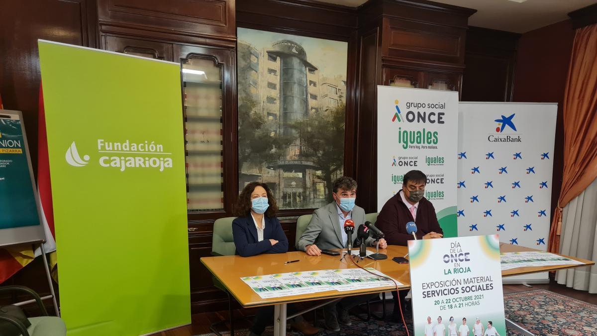 Libros para el alumnado ciego o utensilios de la vida diaria se muestran en una exposición de la ONCE en La Rioja