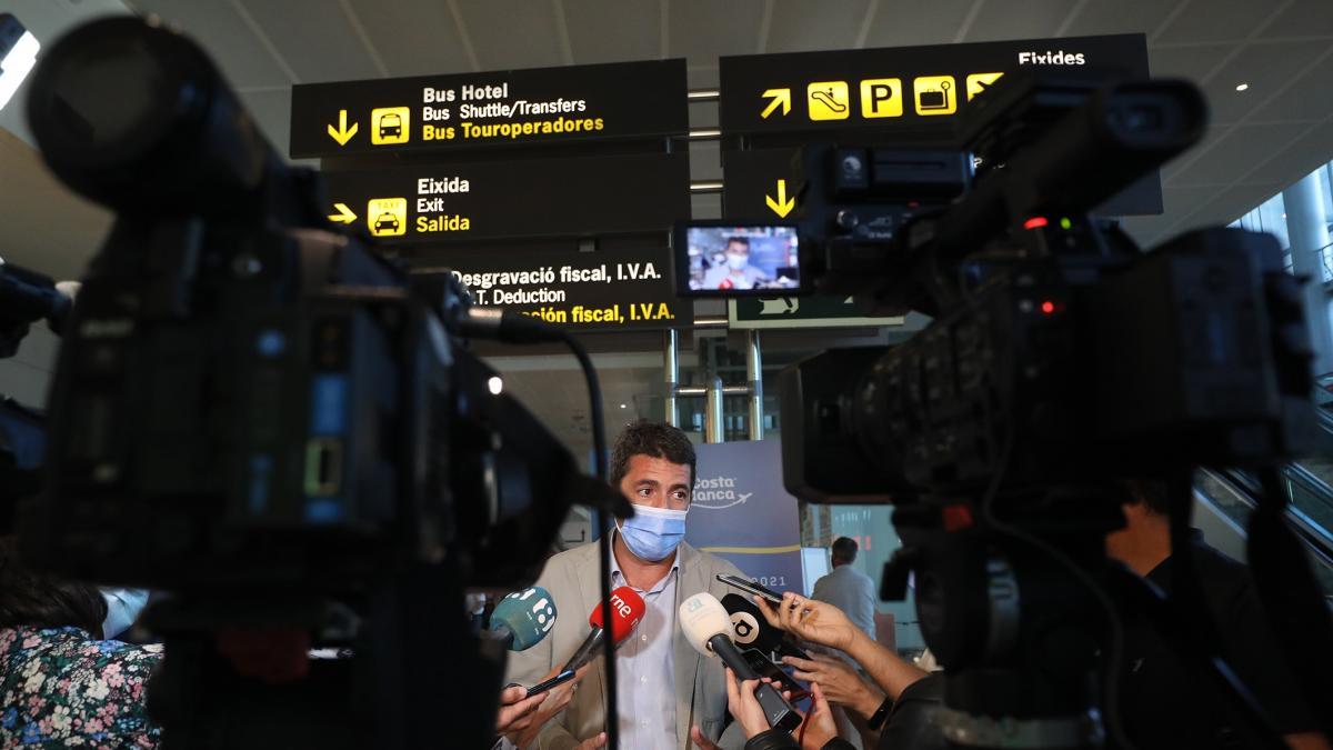 """Mazón pide """"banda de música y alfombra roja"""" para los turistas y """"barrer cualquier sombra de barrera"""" como la tasa"""