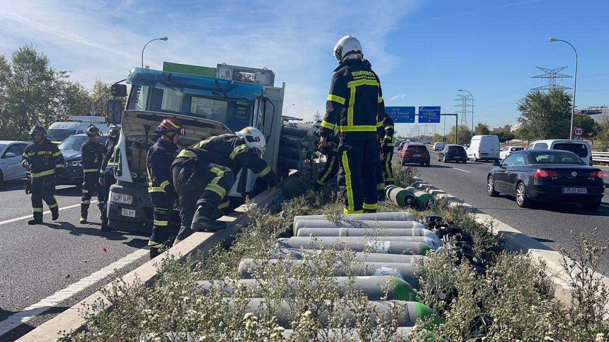 Un camión con botellas de oxígeno colisiona contra un turismo y obliga a cortar la M-40