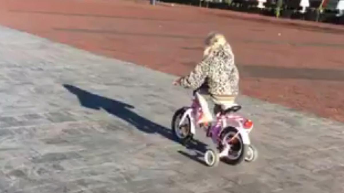 La loca persecución policial a una niña montada en bicicleta