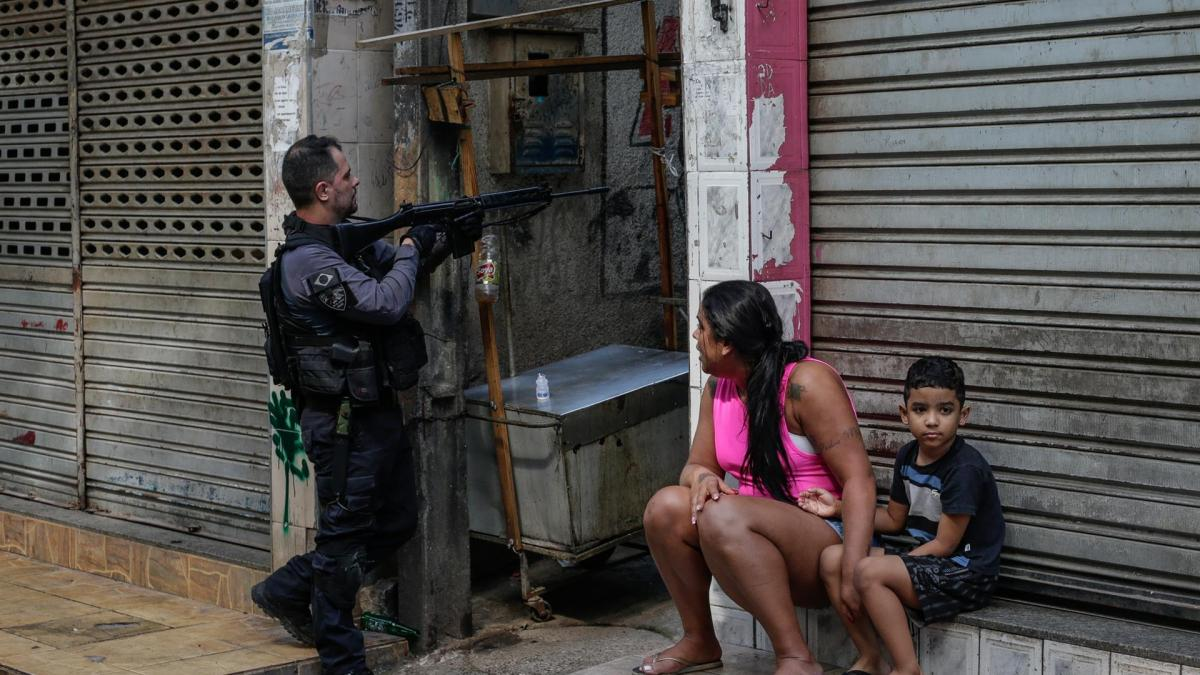 """Una operación policial en Río de Janeiro deja al menos 25 muertos en """"la mayor masacre en la historia"""" de la ciudad"""